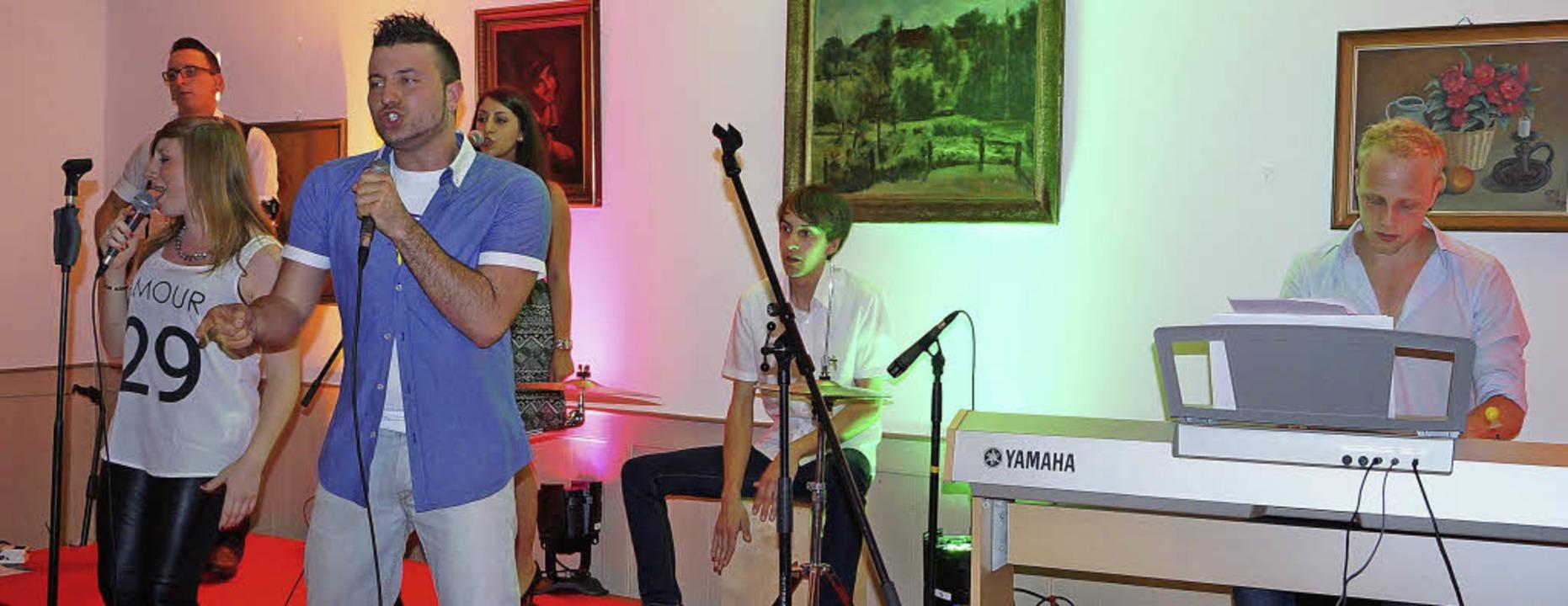 Die Sängerin  Jennifer Gruber und der Sänger Nico Alesi mit Band     Foto: Silke Hartenstein