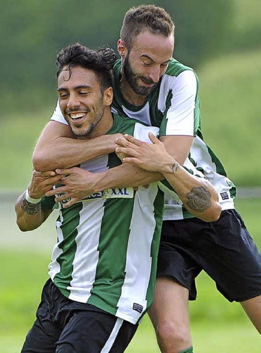 Freude beim FSV:  Giuseppe Cantanzaro ...e das 1:1 und Sascha Rueb jubelt mit.     Foto: Achim Keller