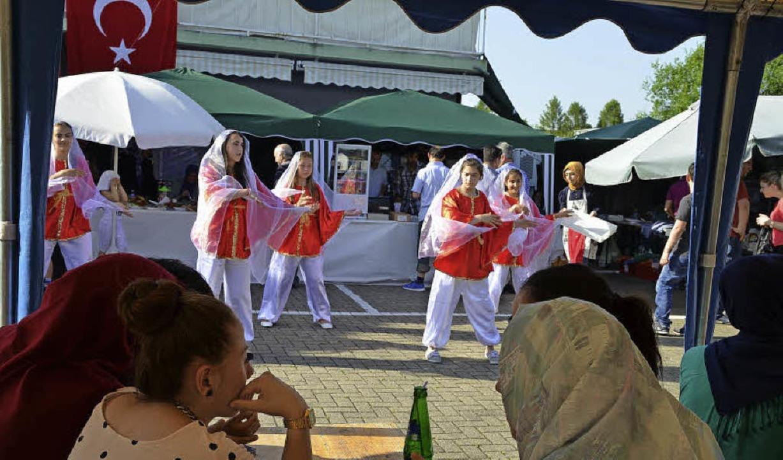 Tänzerinnen der türkischen Schule führen den Tanz Atabar vor.  | Foto: Martina Proprenter