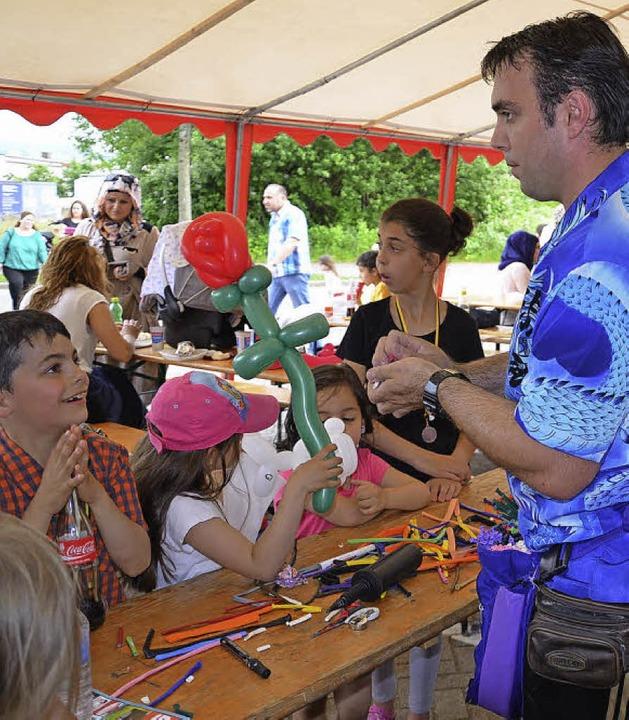 Ein Zauberer faszinierte Kinder mit Tricks.   | Foto: Martina Proprenter