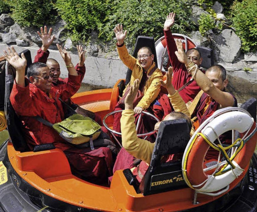 Neun Mönche aus Tibet haben   einen Zw...l Spaß beim Wildwasserrafting gehabt.     Foto: Europa-Park