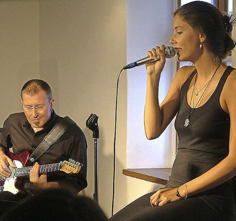Mitreißender Dialog<Text>: die Sängeri...und der Gitarrist Oliver Fabro </Text>    Foto: Roswitha Frey