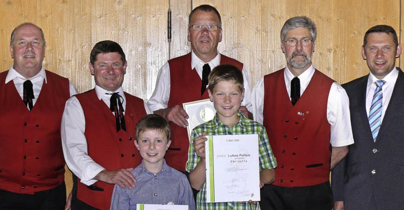Markus Kleiser vom Blasmusikverband Ho...echts) erhielten das Juniorabzeichen.   | Foto: Ute Aschendorf