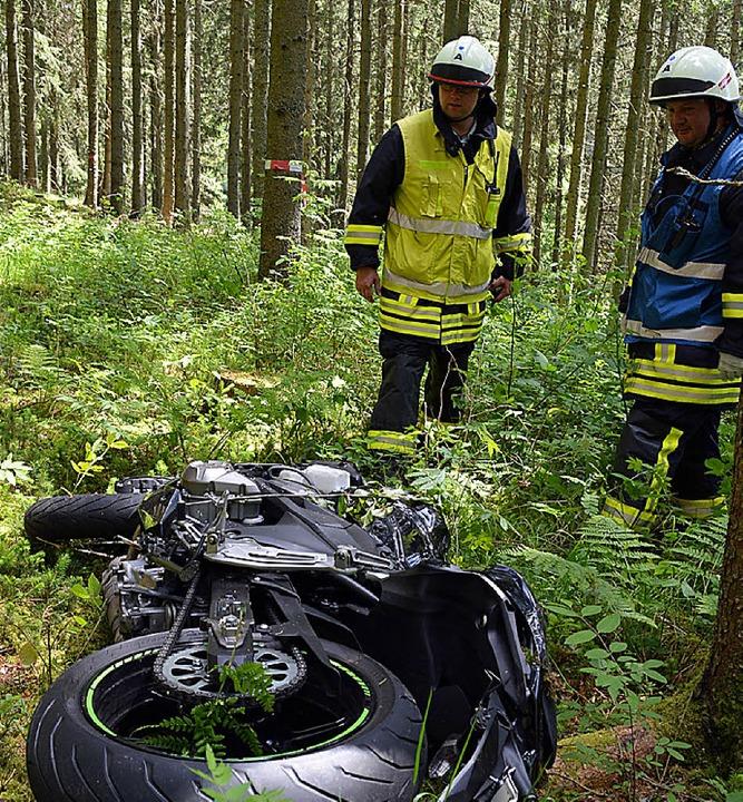 Weit in den Wald hinein geschleudert wurde die Maschine.  | Foto: Kamera24tv. Martin Ganz