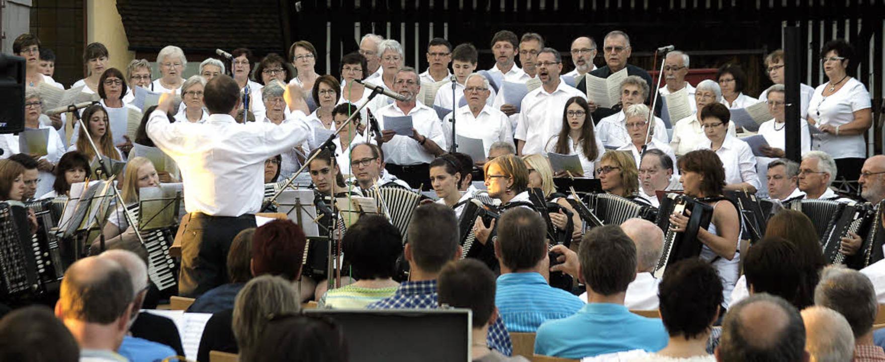 Akkordeons und Stimmen der Kirchenchör...bend, der die Ottenheimer begeisterte.    Foto: heidi fössel