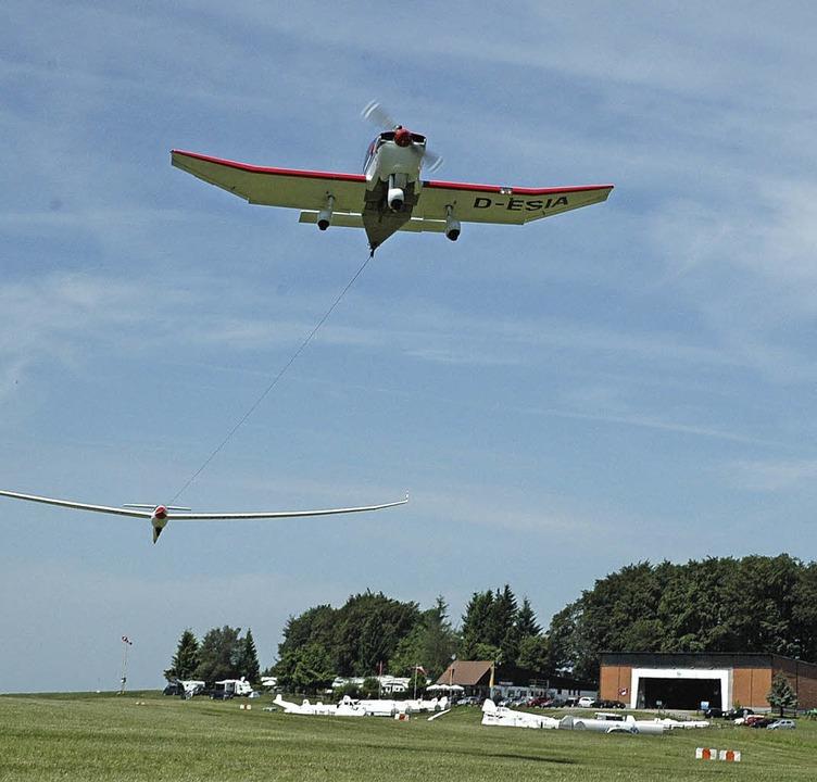 Mit Motorflugzeugen werden auf dem Flu...en schon abgeschlossen sein (rechts).   | Foto: Christiane und Philipp Sahli