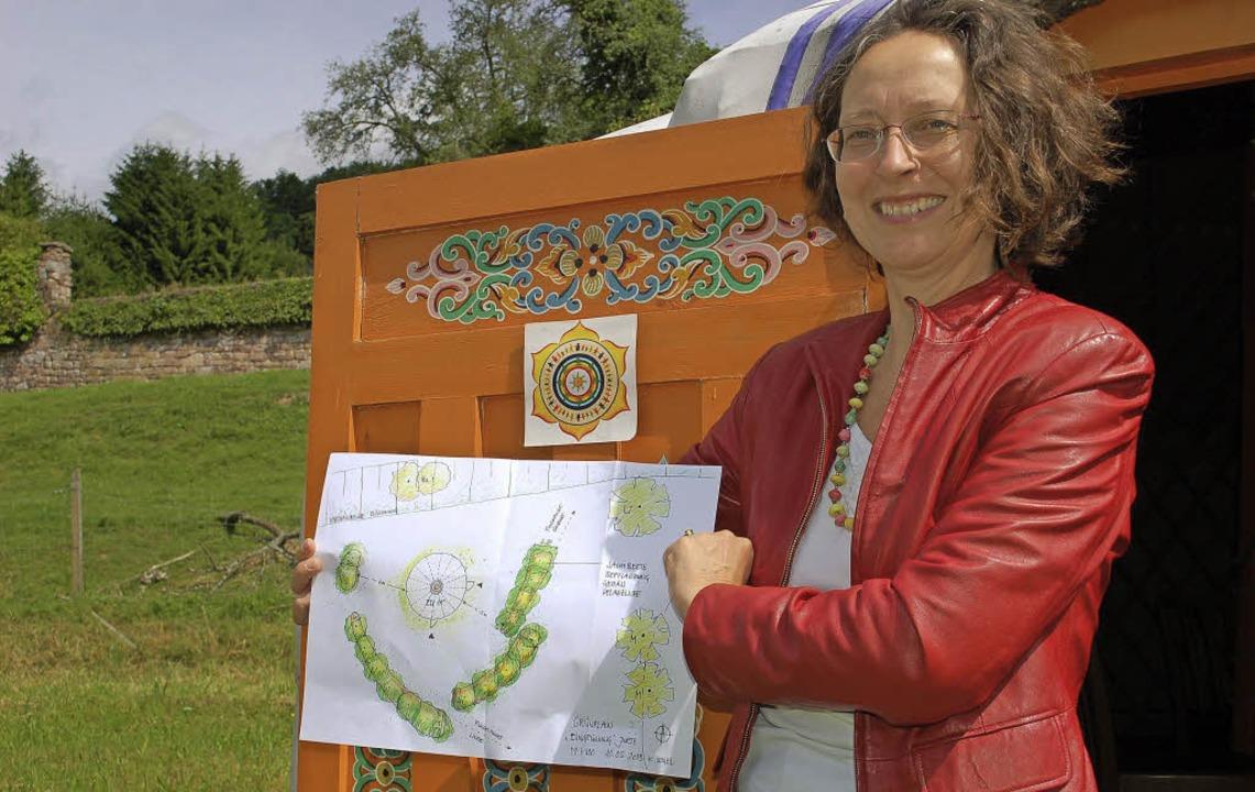 Monika Schmitt zeigt den Plan für den ...ie Jurte. Er ist seit April vollendet.    Foto: Klaus Fischer