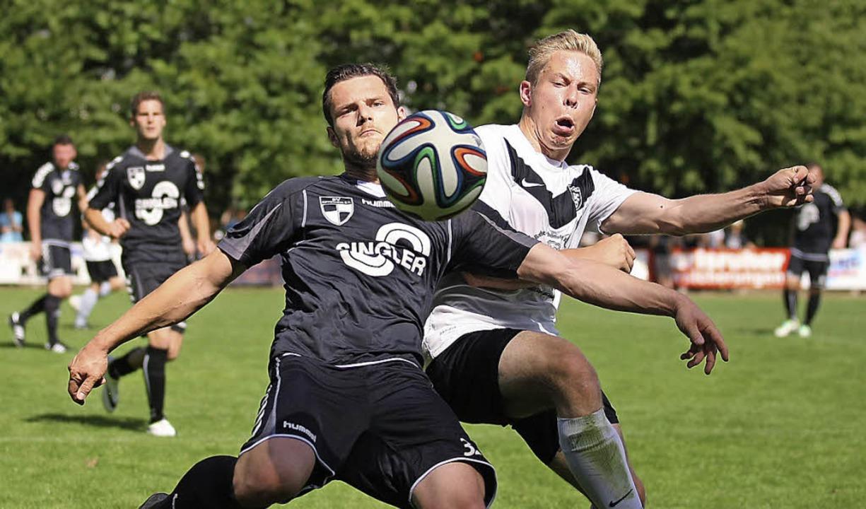 Der Kippenheimer Christoph Burger (links) im Kampf um den Ball.    Foto: Alexandra Buss