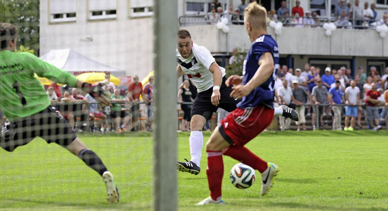 In dieser Szene scheitert Tonio Bayer ...päter das Spiel für den SC Offenburg.   | Foto: Alexandra Buss