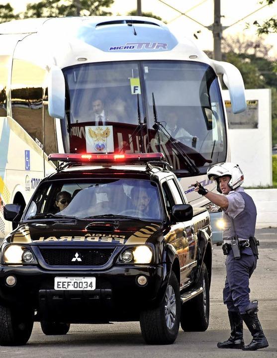 Ein Polizist weist in São Paulo den Weg.   | Foto: AFP