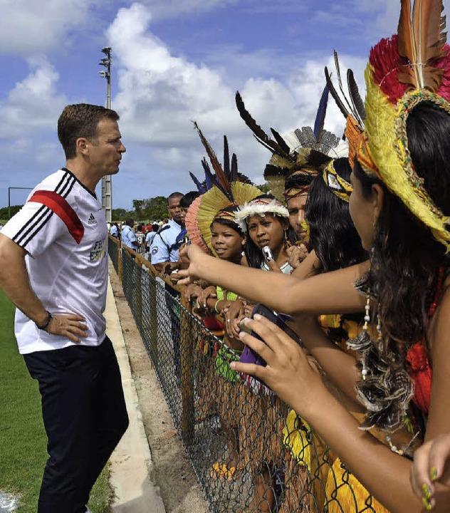 Begegnung der Kulturen: Teammanager Ol...Bierhoff im Gespräch mit Brasilianern   | Foto: DPA