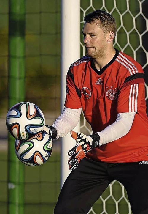 Kann sogar wieder mit zwei Bällen spielen: Nationaltorhüter Manuel Neuer  | Foto: dpa