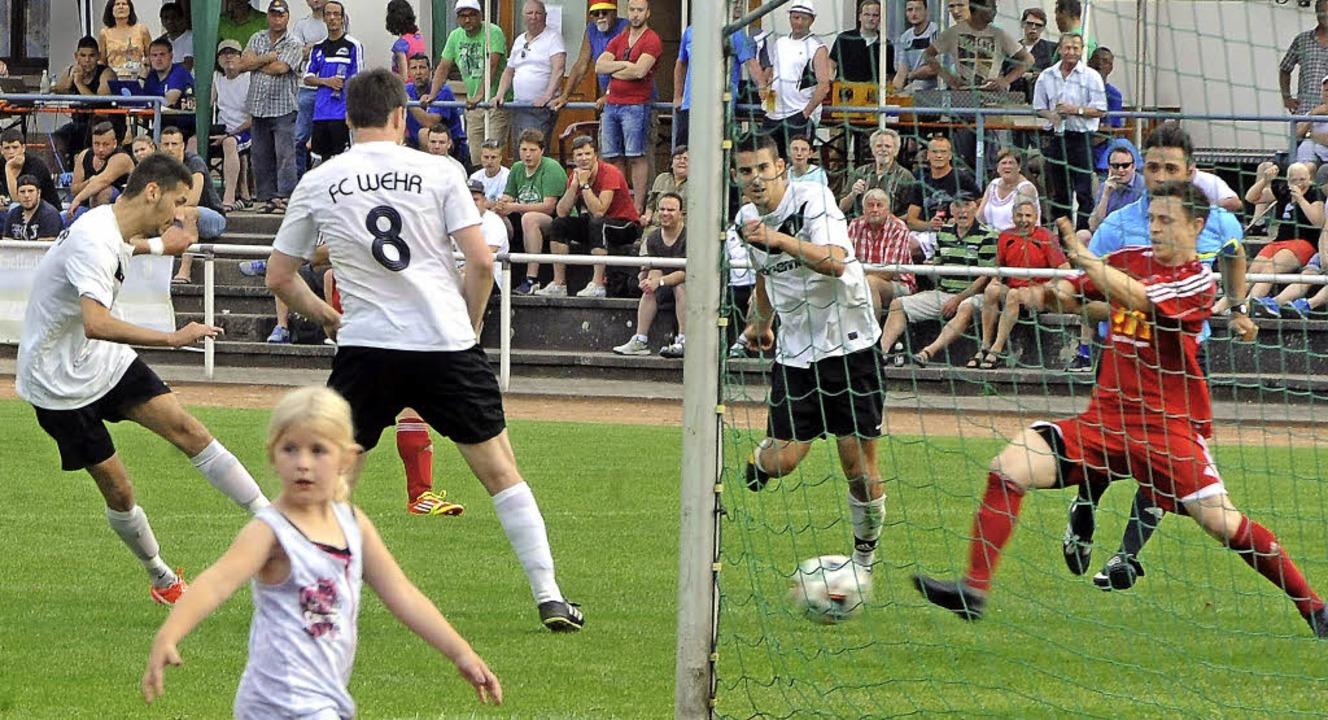 Das Mädchen im Vordergrund wendet sich...inale gegen den FC Wallbach markiert.   | Foto: Meinrad Schön