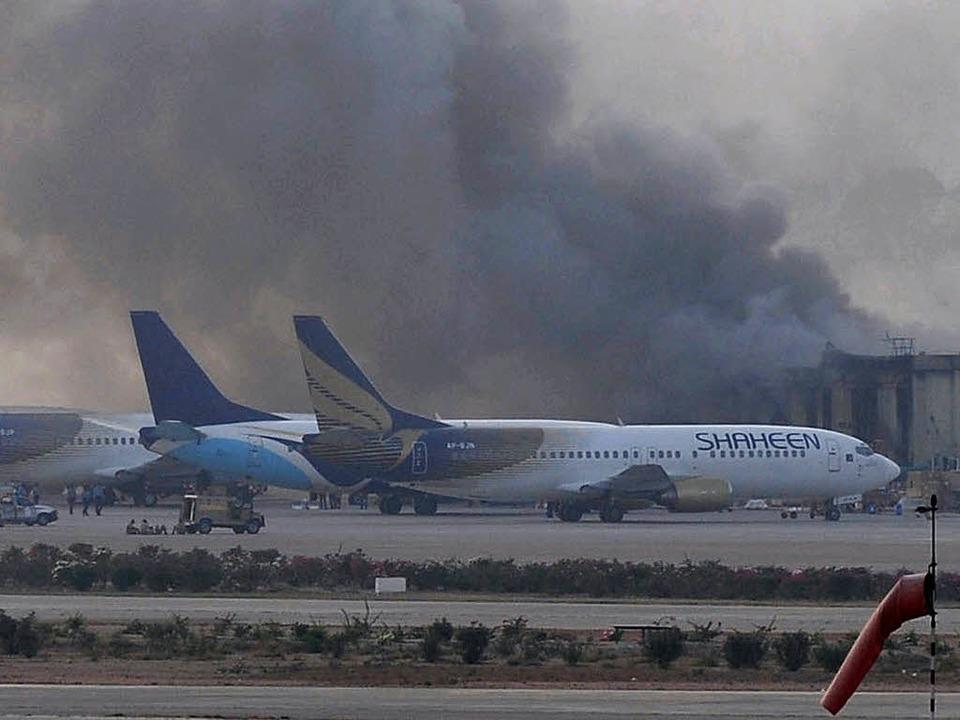 Rauch über dem Flughafen von Karachi    Foto: AFP