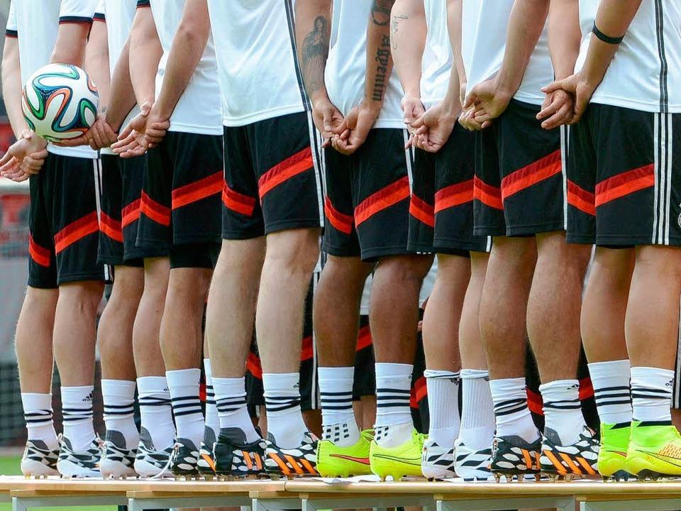 Diese Beine sollen für die Bundesrepub... von WM-Anlageprodukten wenig davon.      Foto: DPA