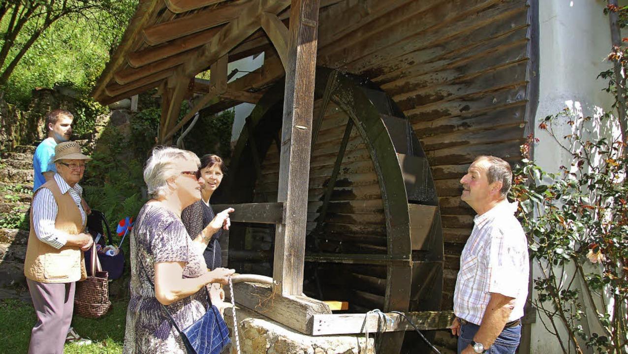 Werner Schillinger erklärt die Funktionsweise der Mühle im Pechofental.     Foto: Pia Grättinger