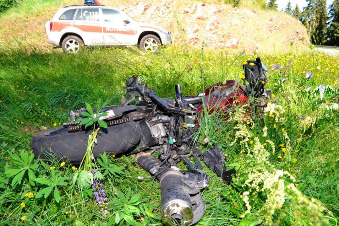 Das zerstörte Motorrad neben der L 156    Foto: kamera 24