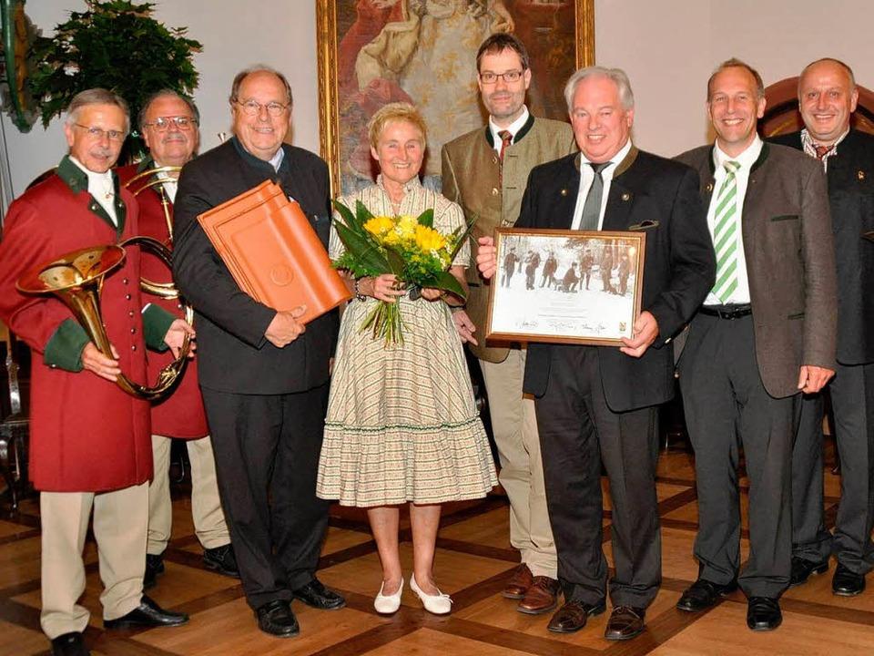 Gruppenbild mit Dame: Kreisjägermeiste...erbandsvertretern und Jagdhornbläser.   | Foto: Julius Steckmeister