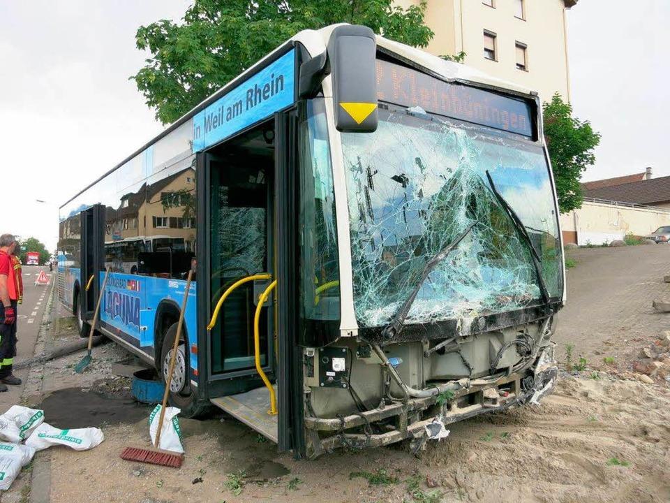 Völlig zerstört wurde die Front des Linienbusses.  | Foto: Reinhold Utke