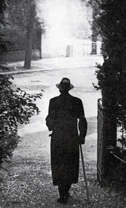 Reinhold Schneider vor  seiner Wohnung in der Freiburger Mercystraße   | Foto: badische landesbibliothek