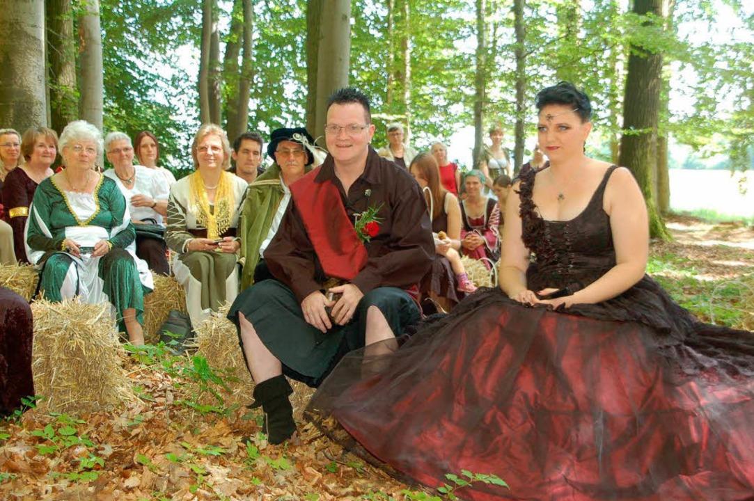 Im mittelalterlichen Stil trauten sich...ny und Reiner Probst im Eichsler Wald.  | Foto: Petra Wunderle