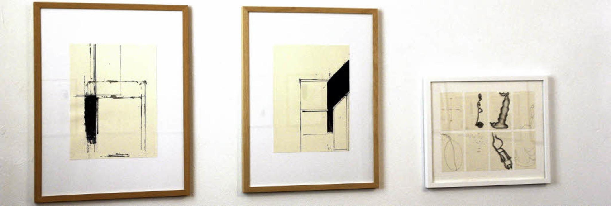 Zwei Zeichnungen Rainer Thomas' ...n Werk Ulrike Kirbachs (weißer Rahmen)  | Foto: Erika Sieberts