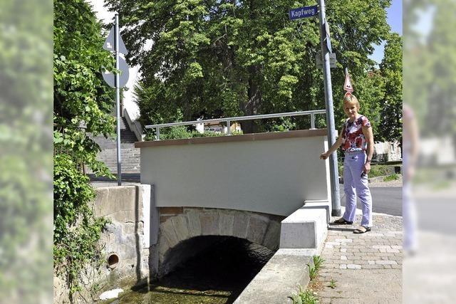 Brücke übern Dorfbach im historischen Gewand