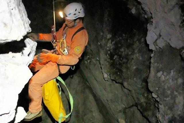 Arzt erreicht verletzten Höhlenforscher