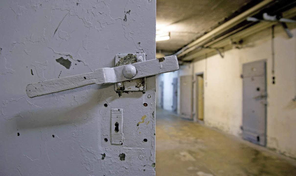 Gefangen: Als Heidi Stein in den Westen will, sperrt die Stasi sie  weg.   | Foto: dpa/K. Harms & E. Franquesa