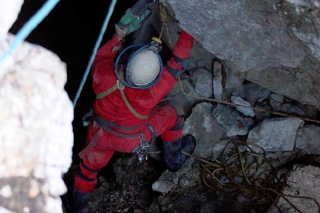Der lange Weg nach oben: Transport von Höhlenforscher beginnt