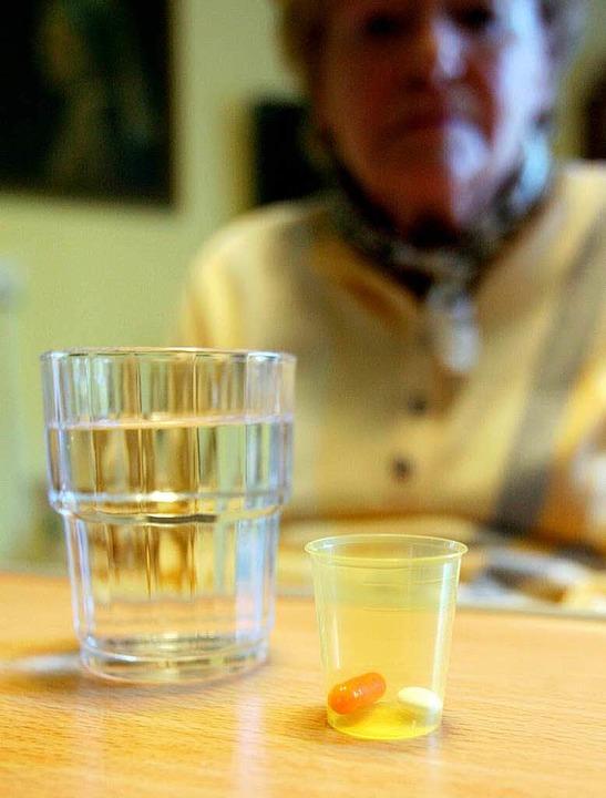 Medikamente zählen für viele ältere Me... schützen und gefährden die Gesundheit  | Foto: dpa Deutsche Presse-Agentur