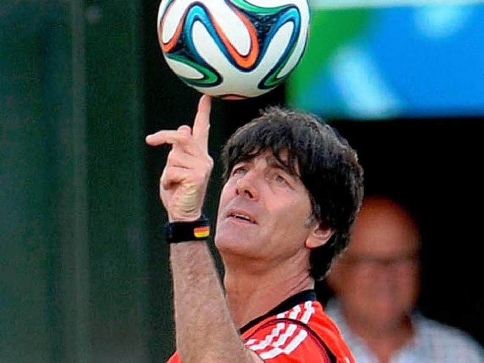 Bundestrainer Joachim Löw: auch in Brasilien voll konzentriert.    Foto: dpa