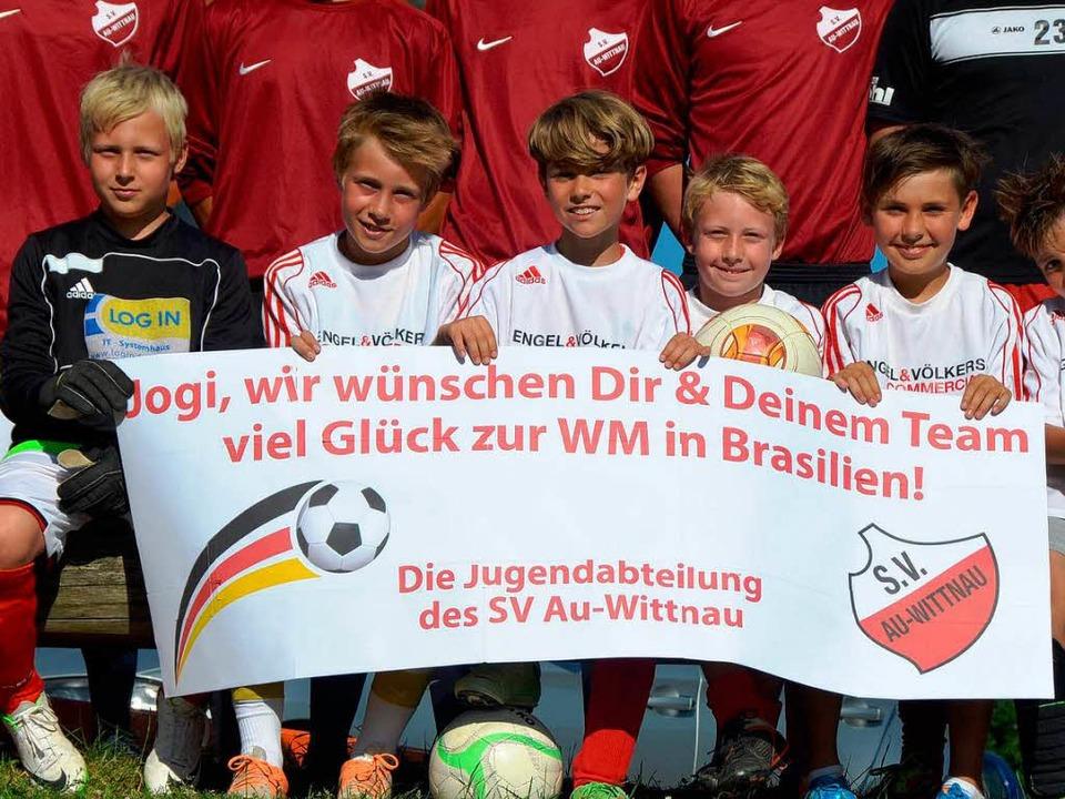 Viel Glück wünschen dem Bundestrainer ...haffte den Aufstieg in die Landesliga.    Foto: Kathrin Blum