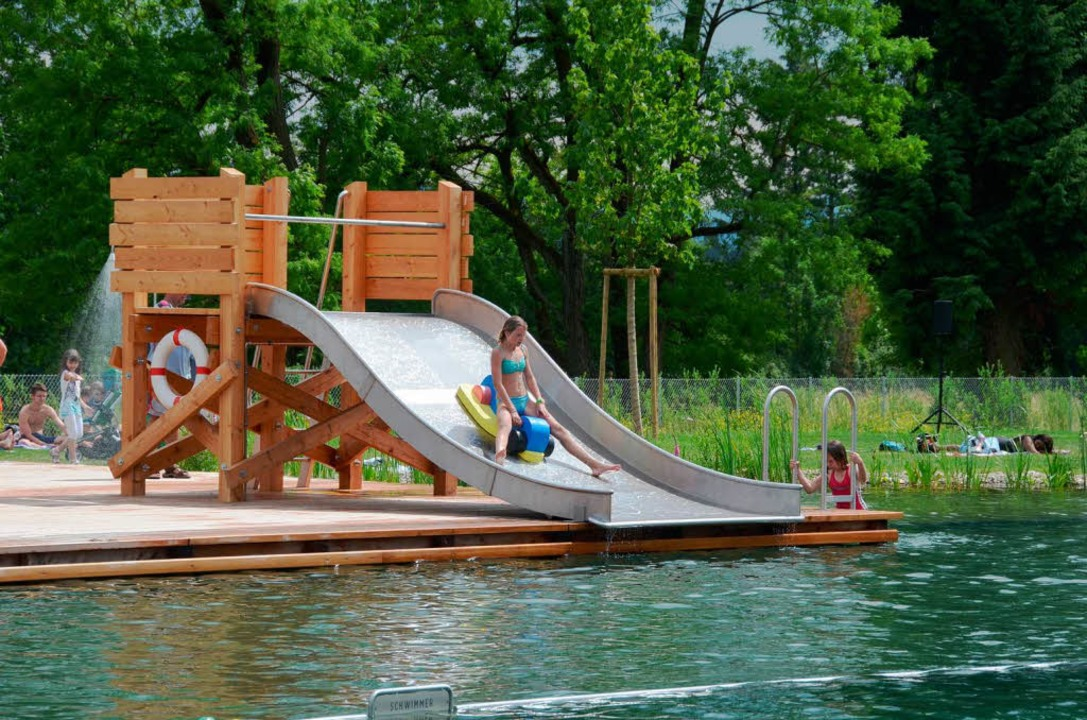 Die Wasserrutsche hat es besonders den Kindern angetan.  | Foto: Sarah Nöltner