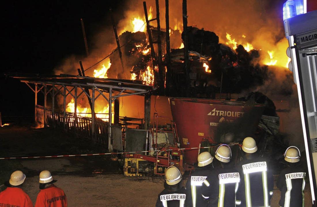 Die Feuerwehr musste das Gebäude kontrolliert abbrennen lassen.  | Foto: Heidi Foessel
