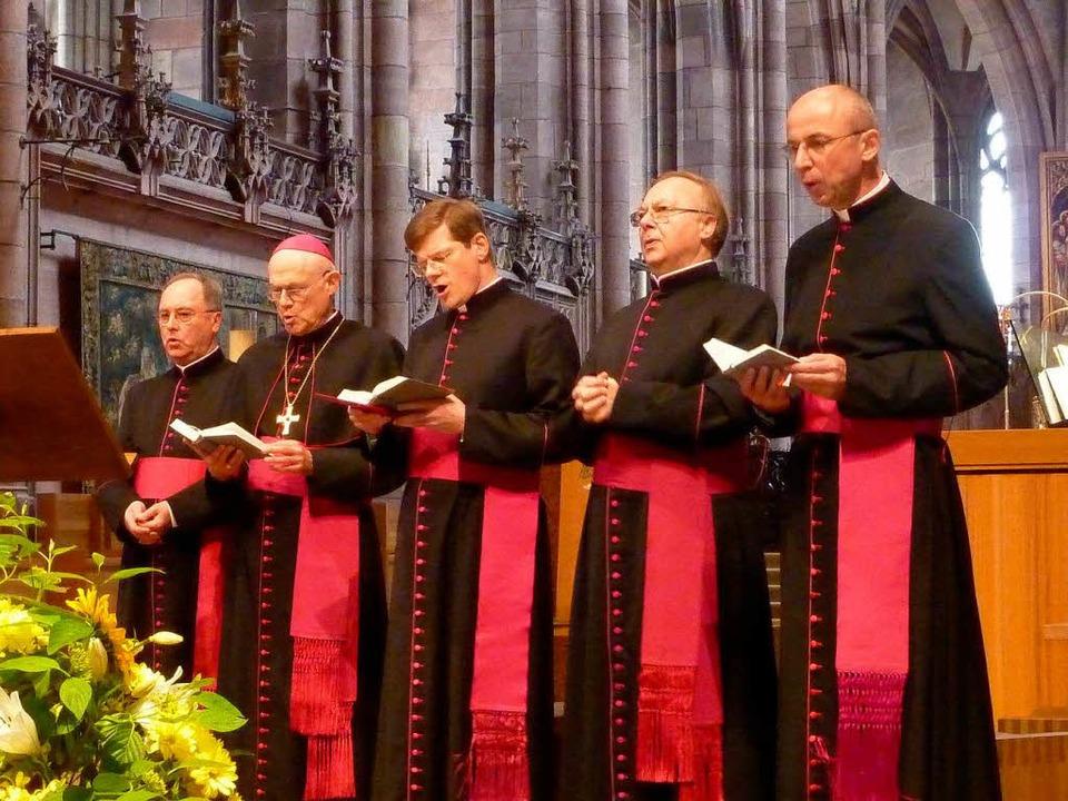 Domkapitular Axel Mehlmann, Weihbischo...fer (von links) im Freiburger Münster.  | Foto: Gerhard Kiefer