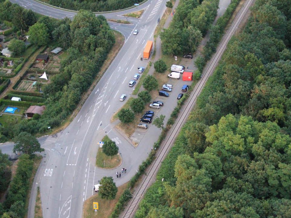Tatort: Der Pendlerparkplatz beim Grenzübergang in Neuenburg  | Foto: Polizei