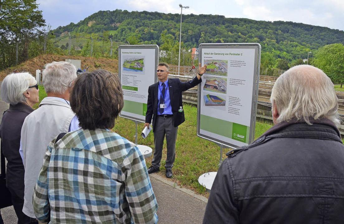 Der Leiter des Sanierungsprojekts von ... beschreibt den Gästen dessen Ablauf.   | Foto: Peter gerigk