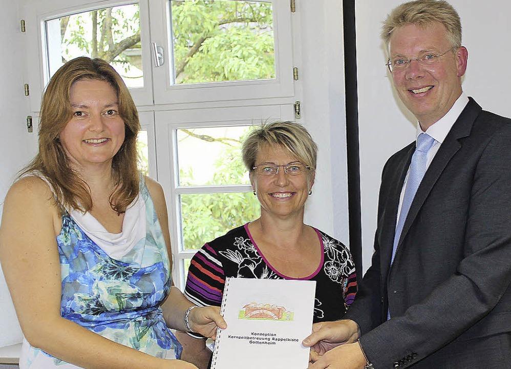 Karin Hunn  und Elke Selinger übergebe...ues Konzept für die Schülerbetreuung.     Foto: M. Schöneberg