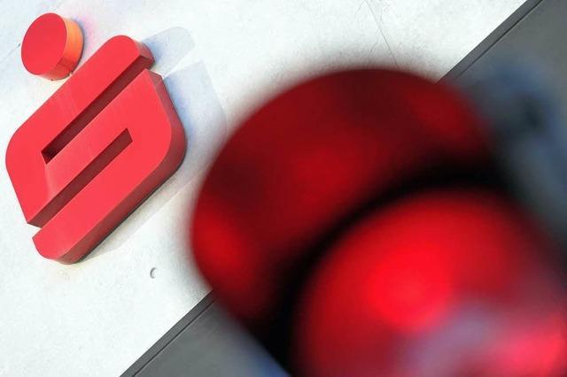 Sparkasse und Bank Santander streiten über Markenfarbe