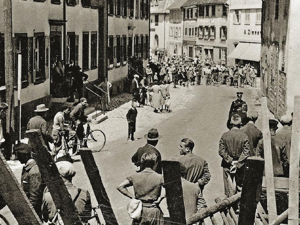 Zusammenströmende Einwohner im Städtch...ag der Vertreibung des Stadtpfarrers.   | Foto: Quelle Fotos:  Privatarchiv Waßmer / Erzbischöfliches Archiv Freiburg
