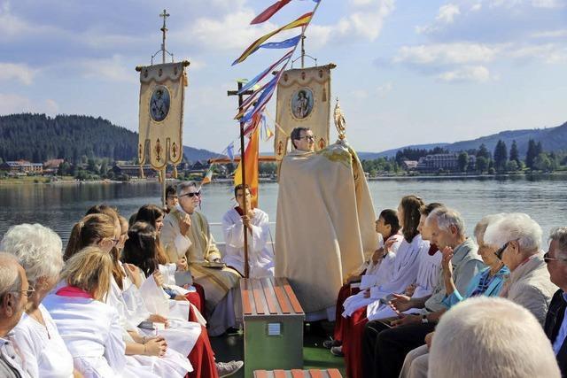 Prozession mit dem Schiff