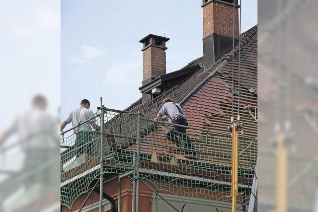 Natürlich rote Dachziegel fürs Pfarrhaus