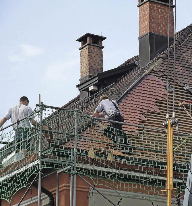 Nord- und Westseite des Daches werden neu gedeckt.   | Foto: Bader
