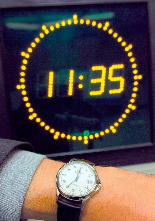 Zwei Uhren zeigen die gleiche Zeit – aber wie genau geht es weiter?    Foto: Peter Steffen
