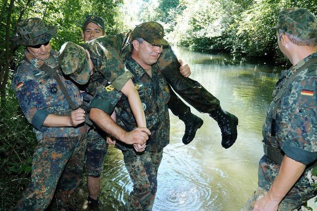 Rettung mit schwerem Gepäck - 36 Reservisten der Bundeswehr üben im Rheinwald