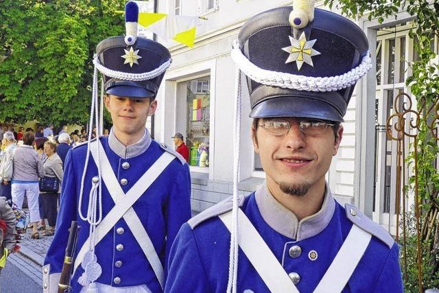 Junge Männer in alten Uniformen