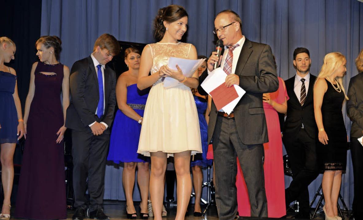 Katharina Frey erhält von Schulleiter Manfred Stratz ihre Preise.   | Foto: Martin Eckert