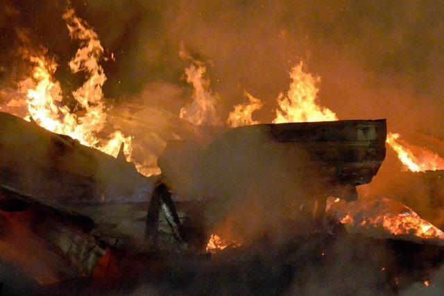 Holzlagerhalle eines Sägewerks brennt ab – Millionenschaden in St. Blasien