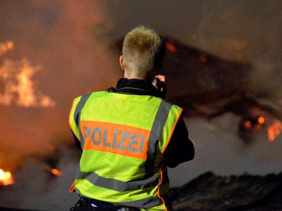 Die Polizei macht sich ein erstes Bild...r Lage und beschlagnahmt den Brandort.  | Foto: Sebastian Barthmes